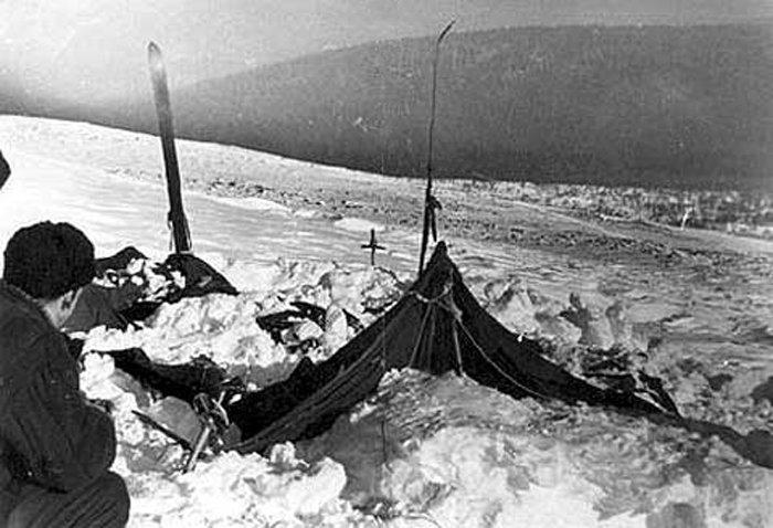 Разкъсаната палатка на групата на Игор Дятлов. Снимката е направена от спасителя Вадим Брусницин на 26 или 28 февруари 1959 г.Public domain