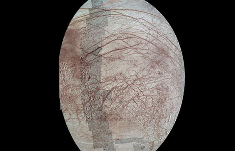 """Снимките от """"Галилео"""" се оказаха слабо съвместими с хипотезата, според която неправилната форма на пукнатините е резултат от въртенето на ледената обвивка на Европа.© NASA/JPL-Caltech/University of Arizona"""