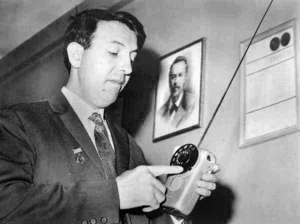 Христо Бъчваров с образец на мобилен телефон в края на 60-те години.© E-vestik.bg