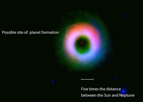 Газ и прах около звездата HD142527. Добре се вижда, че в тази система текат процеси по образуване на тела, може би доста масивни.Изображения: ALMA (ESO/NAOJ/NRAO), NAOJ, Fukagawa et al