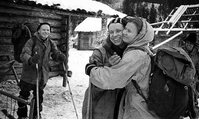 Един от групата – Юрий Юдин, се разболява по пътя и се връща в село Второ Северно, откъдето групата на Дятлов започва активната част от своя маршрут. На снимката Юдин се прощава с Людмила Дубинина. Както се оказва... завинаги. Вляво на заден план е Игор Дятлов.