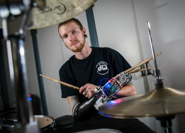 Джейсън Бърнс загубил част от ръката си при нещастен случай, но не изоставил мечтата си да стане професионален барабанист.© Georgia Institute of Technology