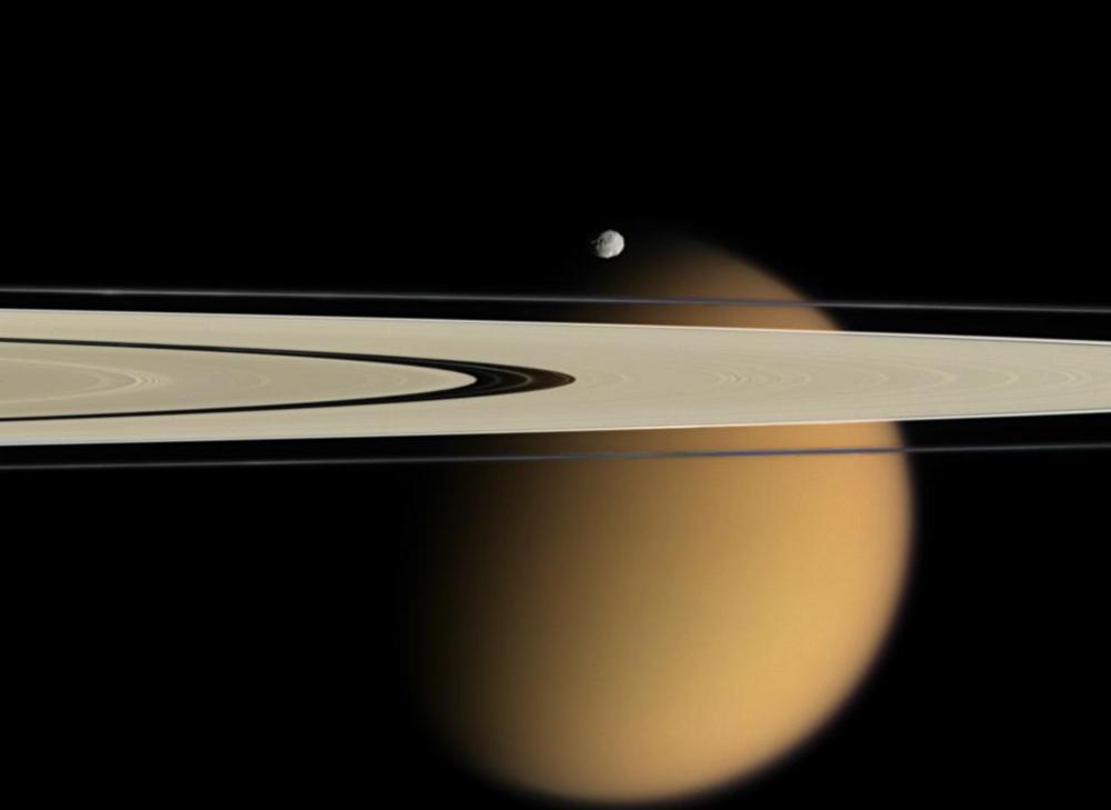 Титан зад пръстените на Сатурн.© NASA