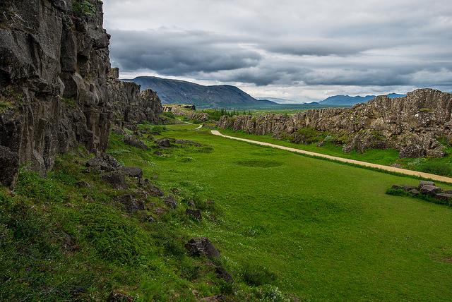 Исландия е част от срединноокеанския хребет, където литосферните плочи се разминават и се образува нова кора, издигаща се над морското равнище. © Howard Ignatius