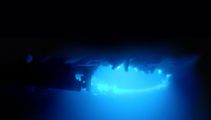 Роботът AUV SeaBED под морския антарктически лед.© WHOI