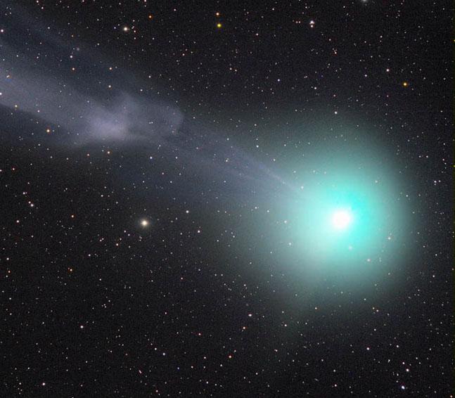 Кометата C/2014 Q2 Lovejoy на 9 януари 2015 г. Обърнете внимание на гъстото вещество в йонната опашка на кометата. Ако се вгледате, ще забележите и слабата прахова опашка, разположена под ъгъл 90 градуса към основната.© Rolando Ligustri