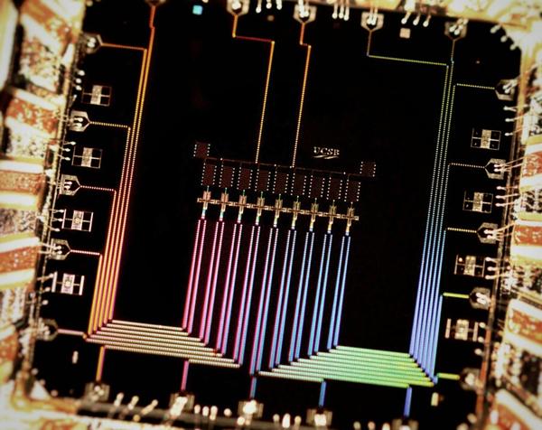Схемата използва девет кюбита за откриване на грешки в квантовия компютър.