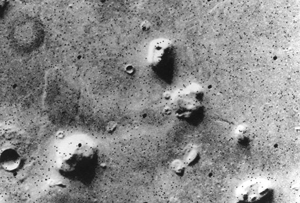 """""""Лицето"""" на Марс, чието човекоподобие се оказало илюзия, свързана с ниската резолюция на камерата на """"Викинг 1"""". © NASA"""
