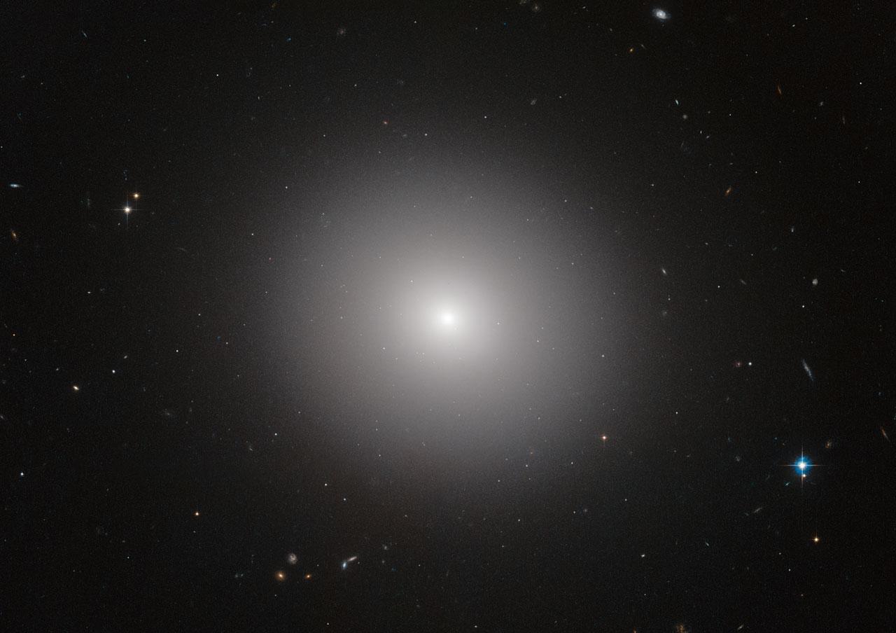 Елиптичната галактика IC 2006.© ESA/Hubble & NASA