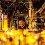 Студентът по физика Лоурънс Чеук, един от авторите на работата, настройва лазерната оптика.© SciTech Daily