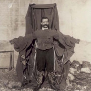 Франц Райхелт и неговият плащ парашут.  Wikimedia Commons