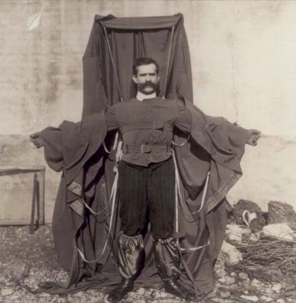 Франц Райхелт и неговия парашут.  Wikimedia Commons