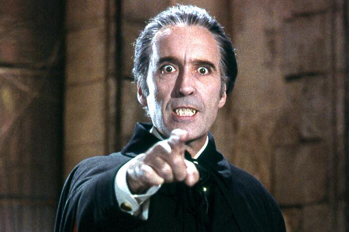 Кристофър Лий в ролята на Дракула.