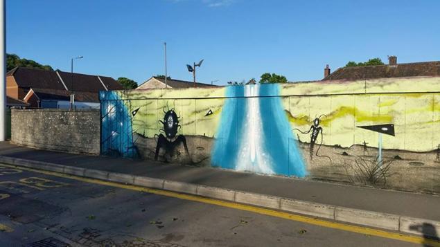 Графитите обхващат различни моменти от нашествието –  включително и пришълците.