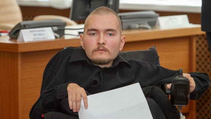 Програмистът Валерий Спиридонов страда от рядко генетично заболяване, приковало го към инвалидната количка.