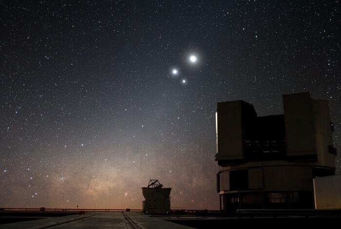 Съединение на Венера, Юпитер и Луната над телескопа VLT на Европейската южна обсерватория в чилийската пустиня Атакама. Не е Витлеемската звезда, но явлението е същото. © ESO/Y. Beletsky