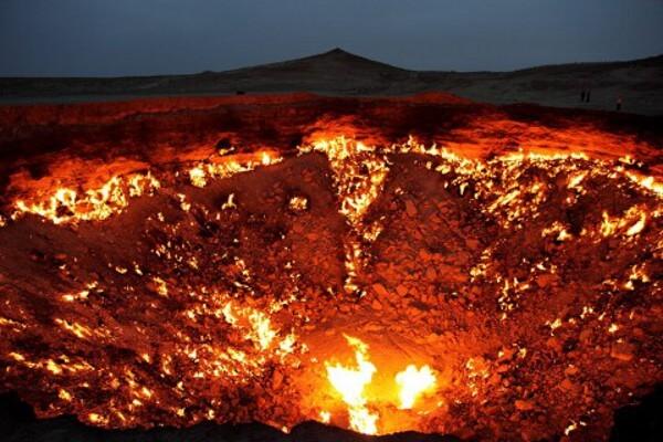 Вратата на Ада недалеч от Дарваз, Туркменистан, е яма, пълна с природен газ, който гори от 1971 година. Снимка: Wikimedia Commons
