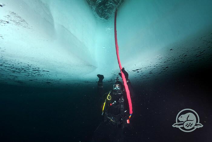 """Археолог под ледовете. За да стигнат до отломките на """"Еребус"""", почиващи на дъното на залива Куин Мод (69 градуса северна ширина), се наложило да пробият лед с дебелина два метра. Канадските военни помогнали на учените."""