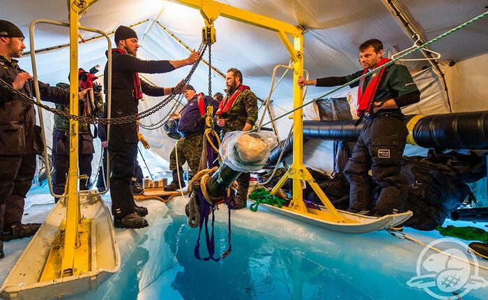 """Учени и техници вадят оръдието от """"Еребус"""" от ледовете. По време на пролетната експедиция археолозите нощували на леда няколко дни поред, като се спускали на дъното от осем сутринта до десет часа вечерта."""