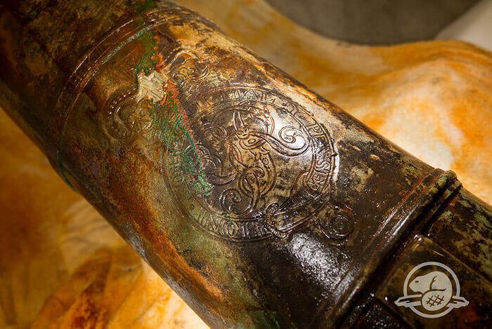 На оръдие от кораба се виждат инициалите GR, девизът на британските монарси HONI SOIT QUI MAL Y PENSE и корона. Инициалите сочат, че оръдието е отлято по време на управлението на крал Джордж III.