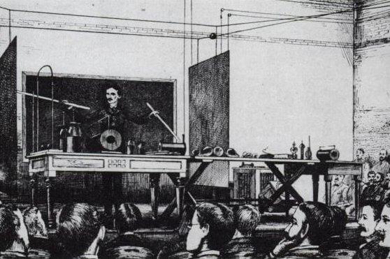 Тесла демонстрира принципите на радиовръзката (1891)