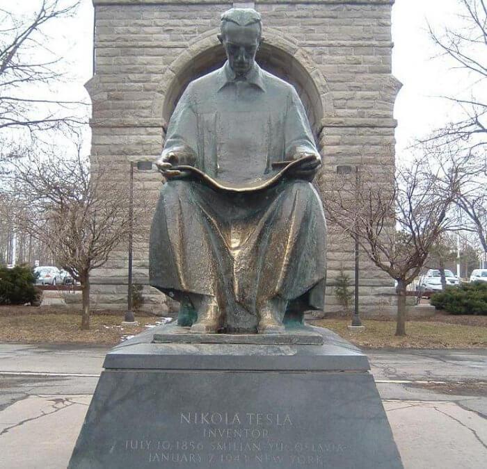Паметник на Никола Тесла в Ниагара Фолс, САЩ.