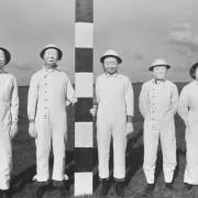 Полево изпитание на персонал през 1956 г. Маските били необходими, за да се позволи събирането на прокси бойни отровни вещества, разпръсквани от самолети. © Imperial War Museums