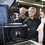 От ляво надясно: проф. Джим Уилямс, проф. Андрей Род, д-р Джоуди Брадби наблюдават екзотичните модели на електронна дифракция. ©Stuart Hay, ANU