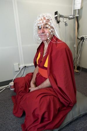 Будисткият монах Матю Рикард седи със сензорите в звукоизолирана стая и се готви за електроенцефалография в центъра Вайсман в университета на Уисконсин, 5 юни 2008 г. © Jeff Miller