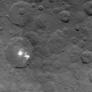 Ярките петна в кратера Окатор. © NASA/JPL-Caltech