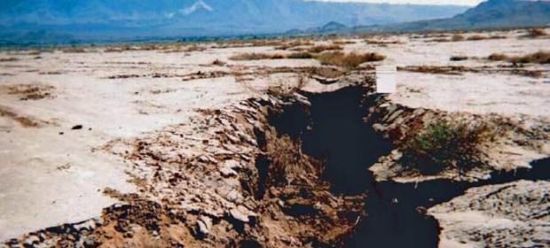 Пропадане на земята в Калифорния поради отдръпване на подпочвените води. Пукнатината е близо до Люцерн Лейк в Сан Бернардино, пустинята Мохаве. © USGS Water-Resources Investigations Report