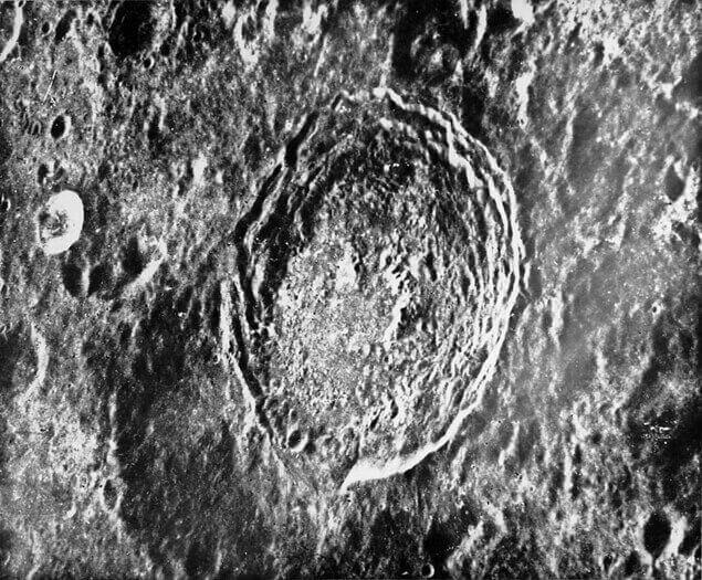 """Оригиналната снимка от """"Зонд-6""""  с кръста."""
