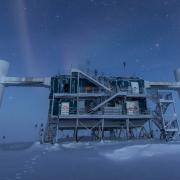 Обсерваторията IceCube в Антарктида. © Penn State/flickr