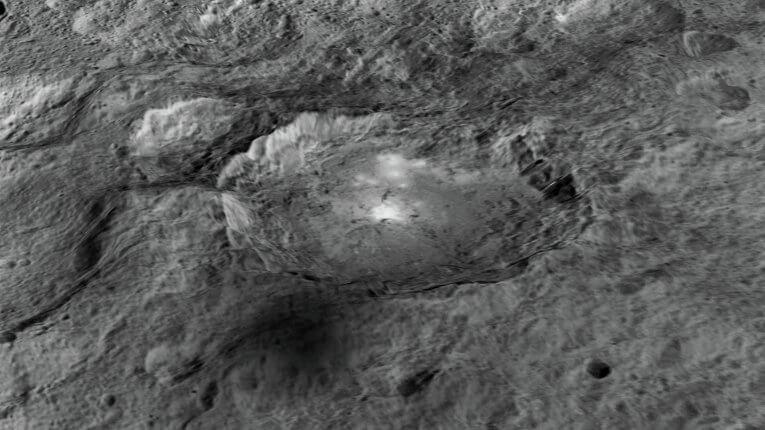 Кратер Occator има диаметър 90 км и дълбочина 4 км. © NASA/ JPL-Caltech/UCLA/MPS/DLR/IDA/LPI