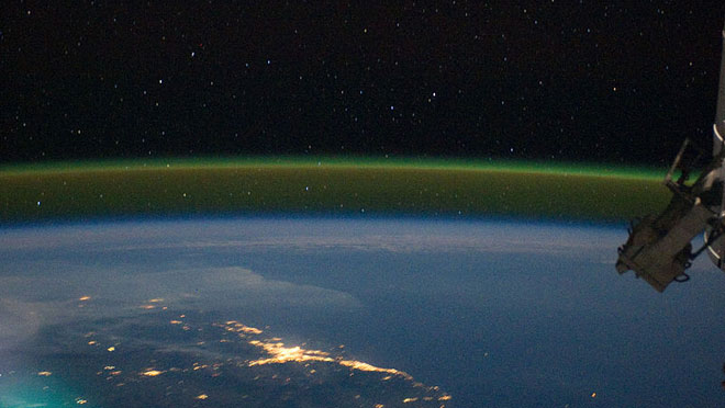 Светенето на атмосферата, заснето от МКС. © NASA