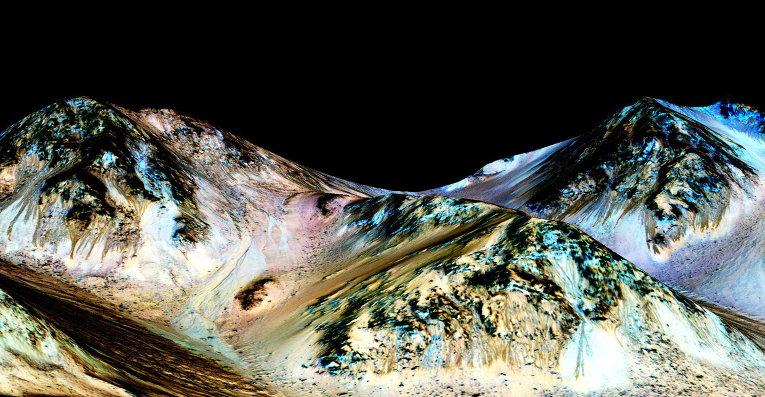 """Една от тъмните ивици на склоновете на кратера Гейл, където работи марсоходът """"Кюриосити"""". © NASA/ JPL/University of Arizona"""