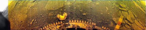 """Панорама от повърхността на Венера на мястото на кацане на апарата """"Венера-13"""". В центъра – е буферът на апарата със зъбите на турбулизатора, осигуряващ плавно кацане, горе – изхвърленият бял полуцилиндричен капак на телевизионната камера."""