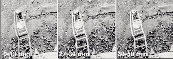 """Неизвестният обект """"черен парцал"""" се появил в първите 13 минути след кацането, обвил се около коничния измервателен уред, който частично е потънал в грунта. През черният обект просветват детайлите на механизма."""