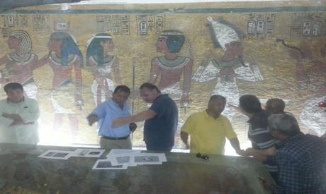 Министърът на антиките на Египет Мамдух Елдамати (в жълта риза) по време на изследването на гробницата на Тутанкамон. © Nevine El-Ареф