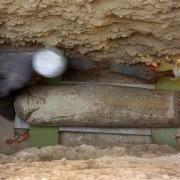 Испански археолози вадят от земята отлично съхранен дървен саркофаг с мумия. © CSIC