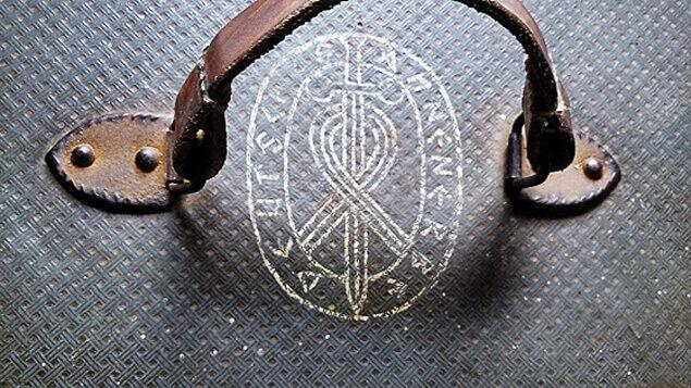 Куфарът с кожена дръжка и емблема на обществото Аненербе на капака. Снимка: Архив на експедицията