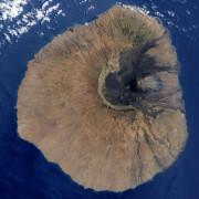 Вулканът Фого. На снимката може да се види част от западната стена на древния мегавулкан, породила цунамито. © NASA