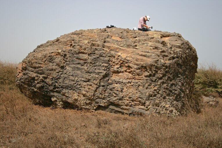 Морски камък, изхвърлен надълбоко в сушата от 300-метровото цунами. © Ricardo Ramalho