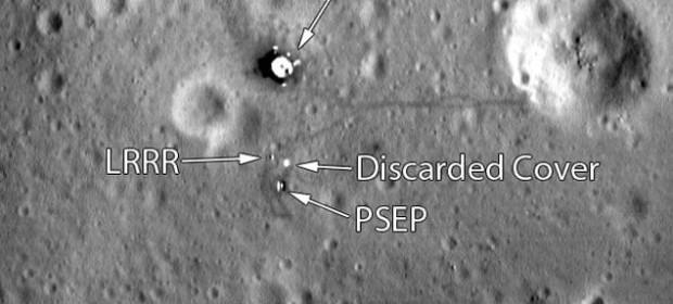 """Мястото на кацане на """"Аполо 11"""". Снимката е направена от сондата Lunar Reconnaissance Orbiter (LRO) от височина 25 километра."""