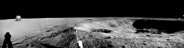 А това е кратерът, към който вървели Армстронг и Олдрин. Интересни са сенките откъм кратера и астронавта. Интересно, от колко ли места идва светлина.