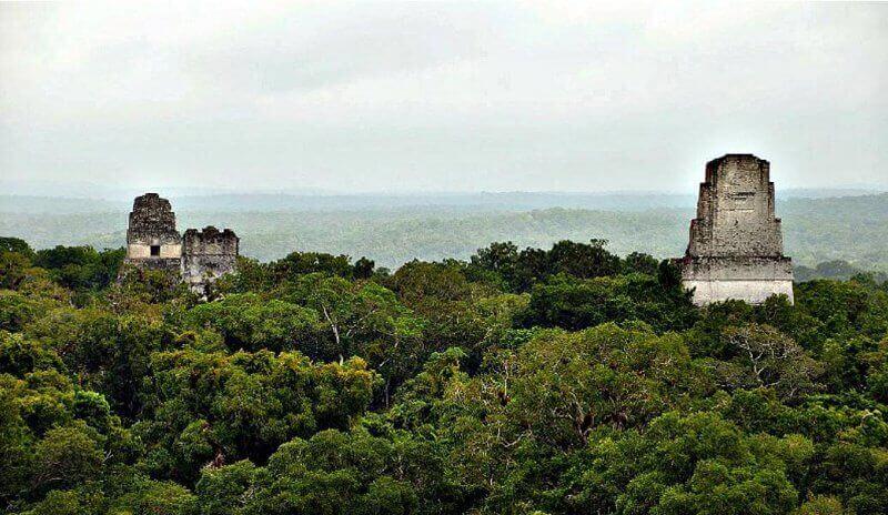 Древният град на маите Тикал в Гватемала. Според древните тибетски митове под пирамидите в Централна и Южна Америка се намира мрежа от тунели, съединяващи древните градове със свещеното царство Агартха.