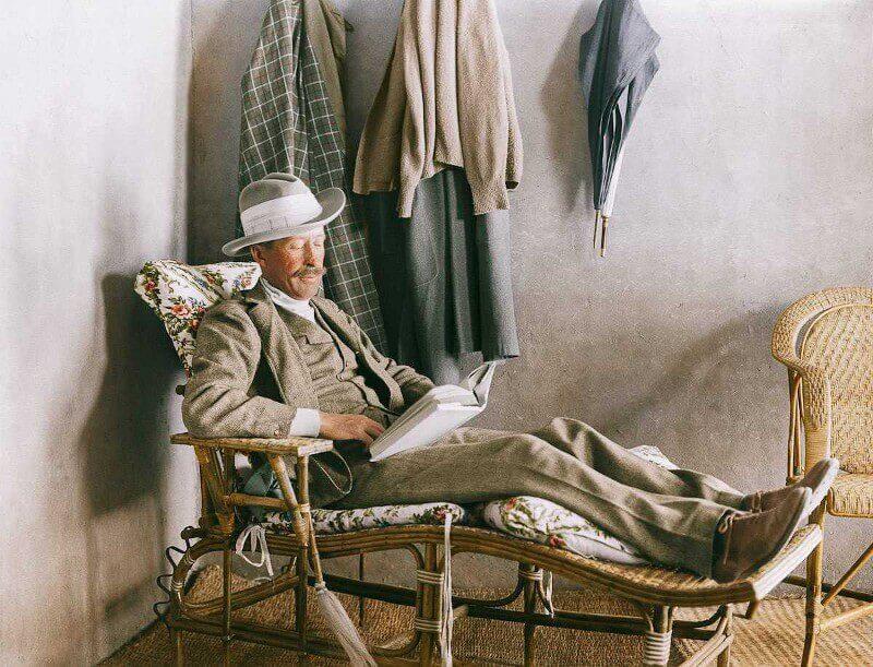 1923 г. Лорд Карнарвън, финансирал разкопките, чете на верандата на Картър до Долината на царете.