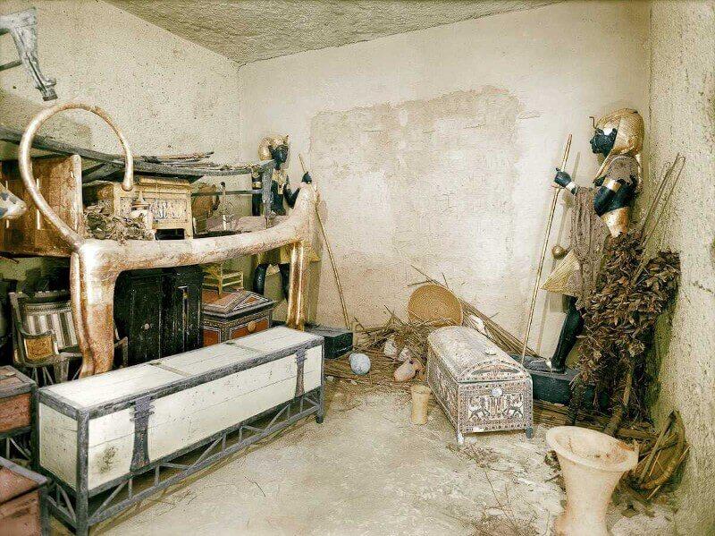Декември 1922. Позлатеното ложе-лъв и други съоръжения в коридора. Стената на погребалните покои се охранява от черни статуи на Ка.
