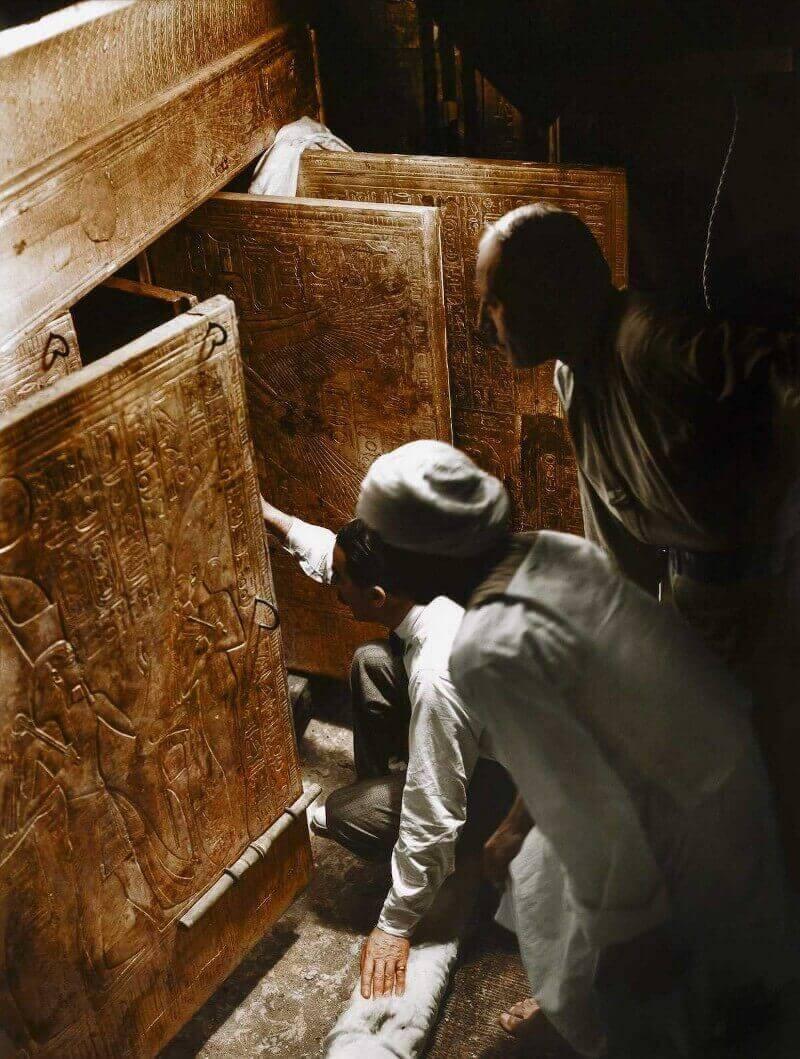 4 януари 1924 г. Хауърд Картър, Артър Каландър и египетски работници отварят вратата, за да видят за първи път саркофага на Тутанкамон.