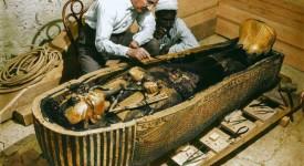 Картър изследва саркофага на Тутанкамон